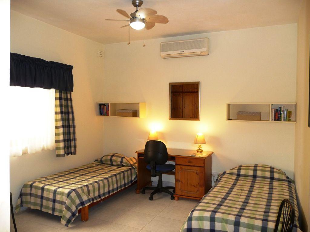 chaleureuse famille d 39 accueil malte san gwann msida malta chambres d 39 h te longue dur e. Black Bedroom Furniture Sets. Home Design Ideas